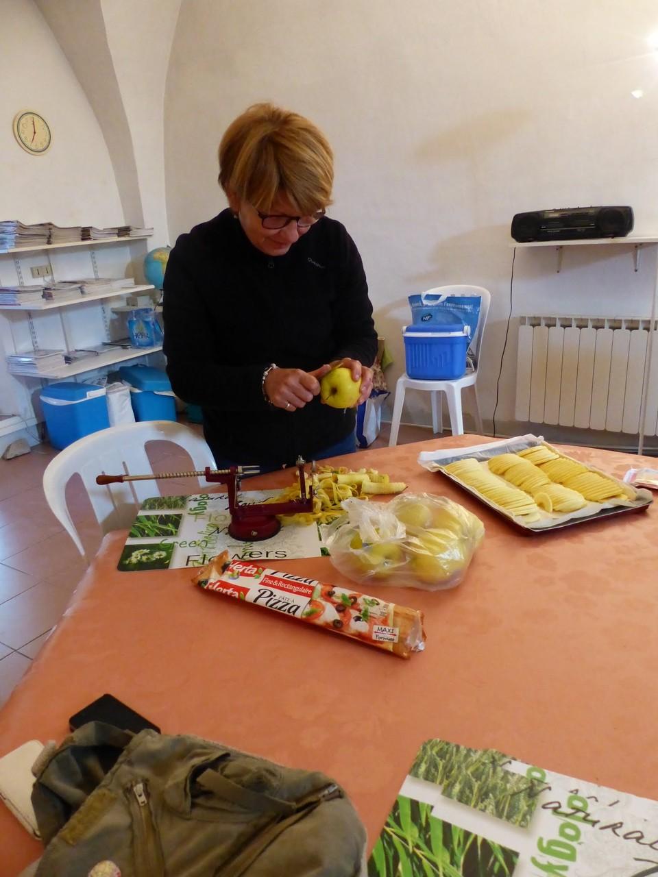 Christine en pleine  préparation des  repas du mercredi