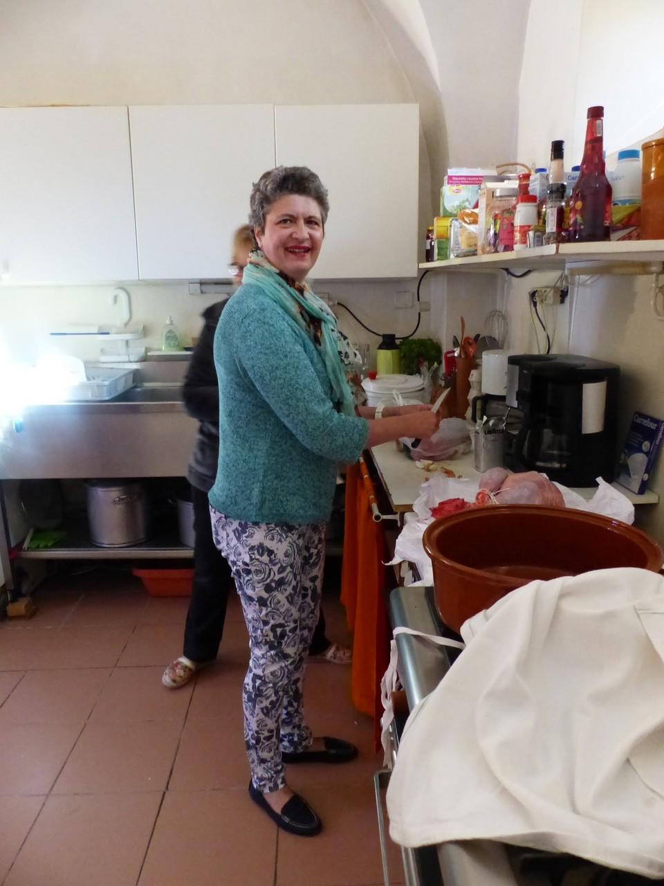 Marie Christine en pleine préparation des repas du  jeudi