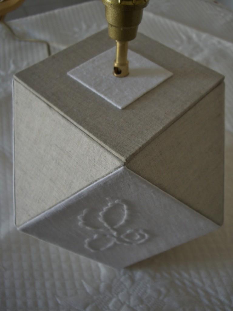 pied de lampe de france avec dans les angles vieux drap de récup