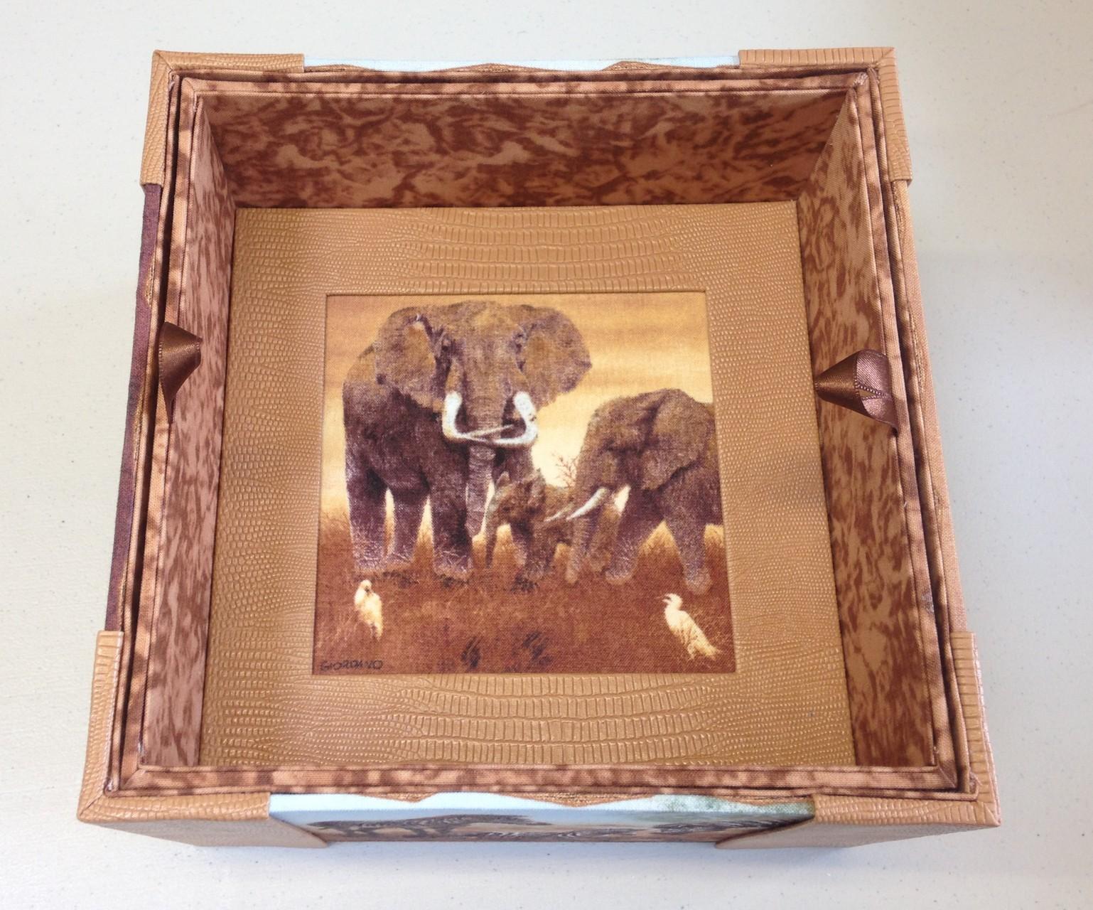 intérieur avec réhausse et au fond un pp avec tissu éléphant