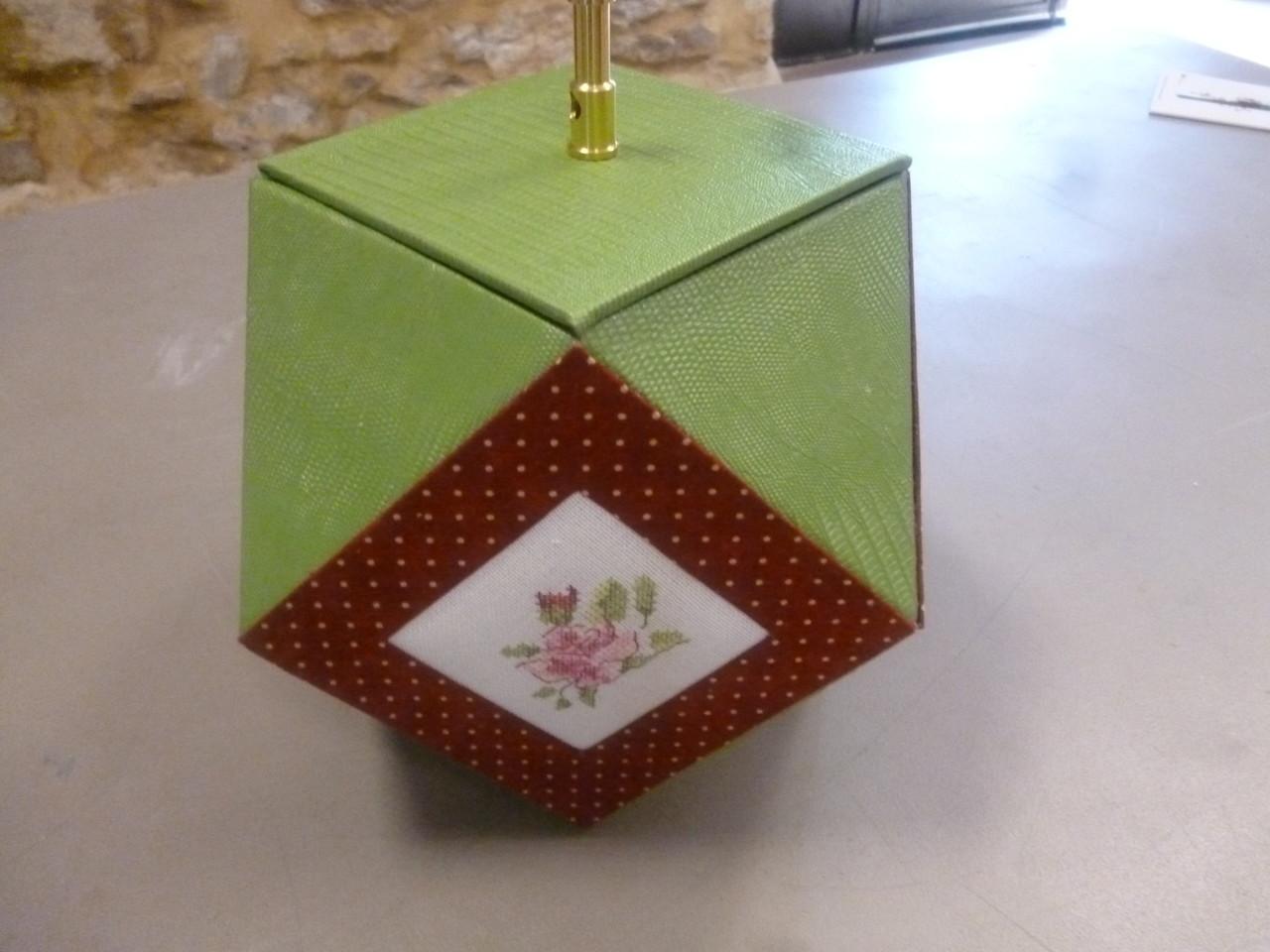 de claudie avec une broderie dans les angles des fleurs pour claudie