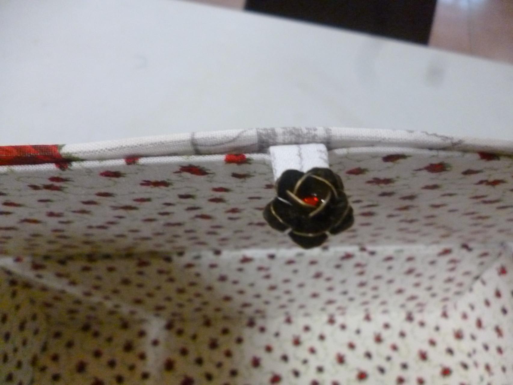 belle boite de maryse avec un petit bouton en forme de roses