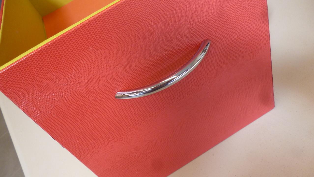 poignet de la boite de yumi pleine de couleur
