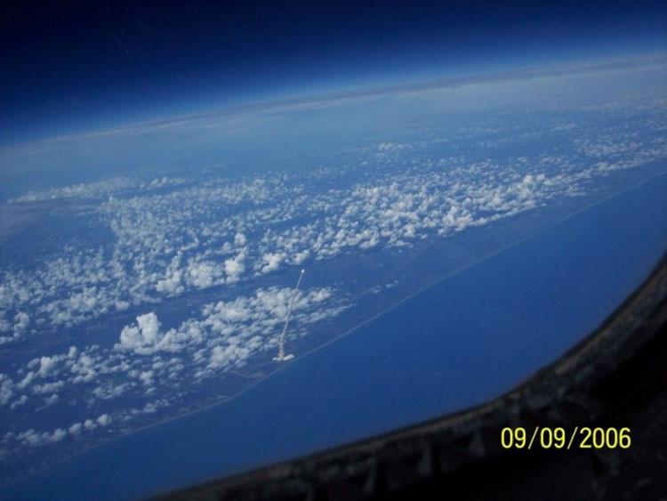 Despegue lanzadera espacial visto desde el espacio