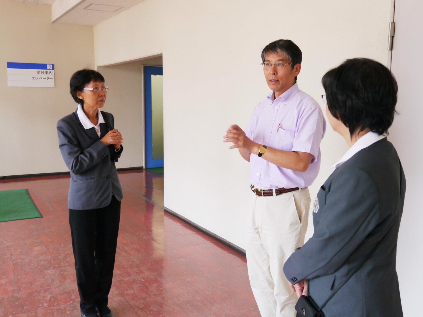 情報学群長、長谷川秀彦教授から説明を受けるシーナカリンウィロート大学、Dr.Sirinoot学部長