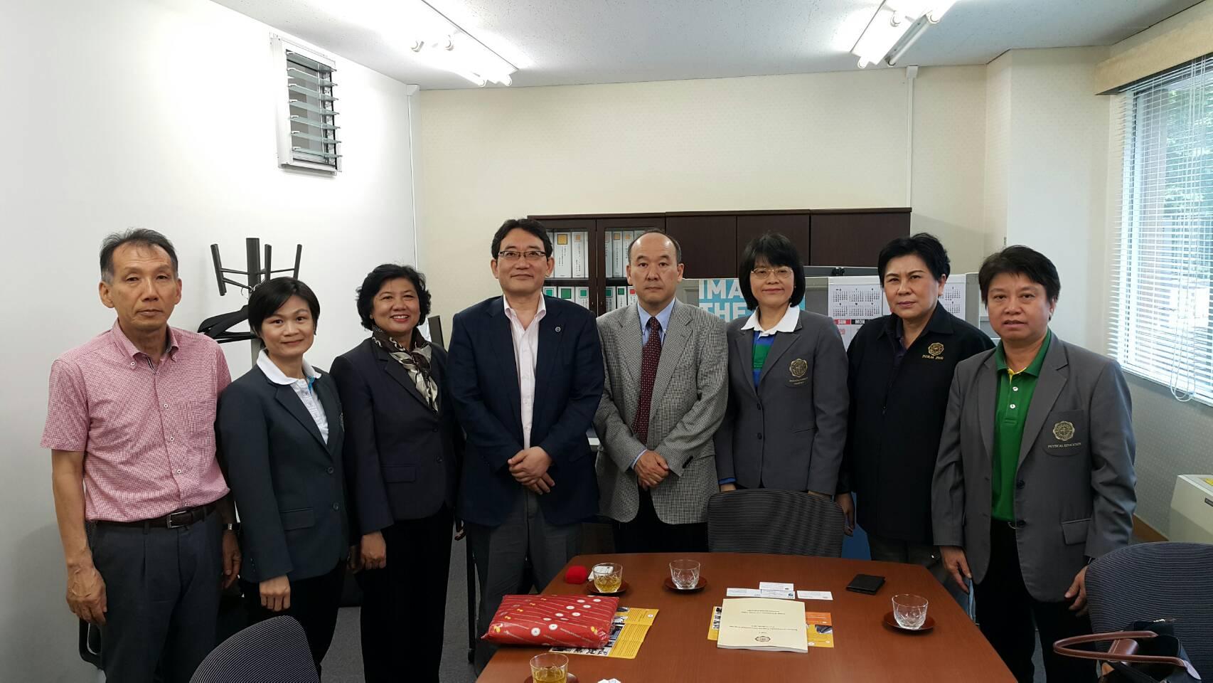 社会・国際学群長、根本信義教授と篠塚友一教授
