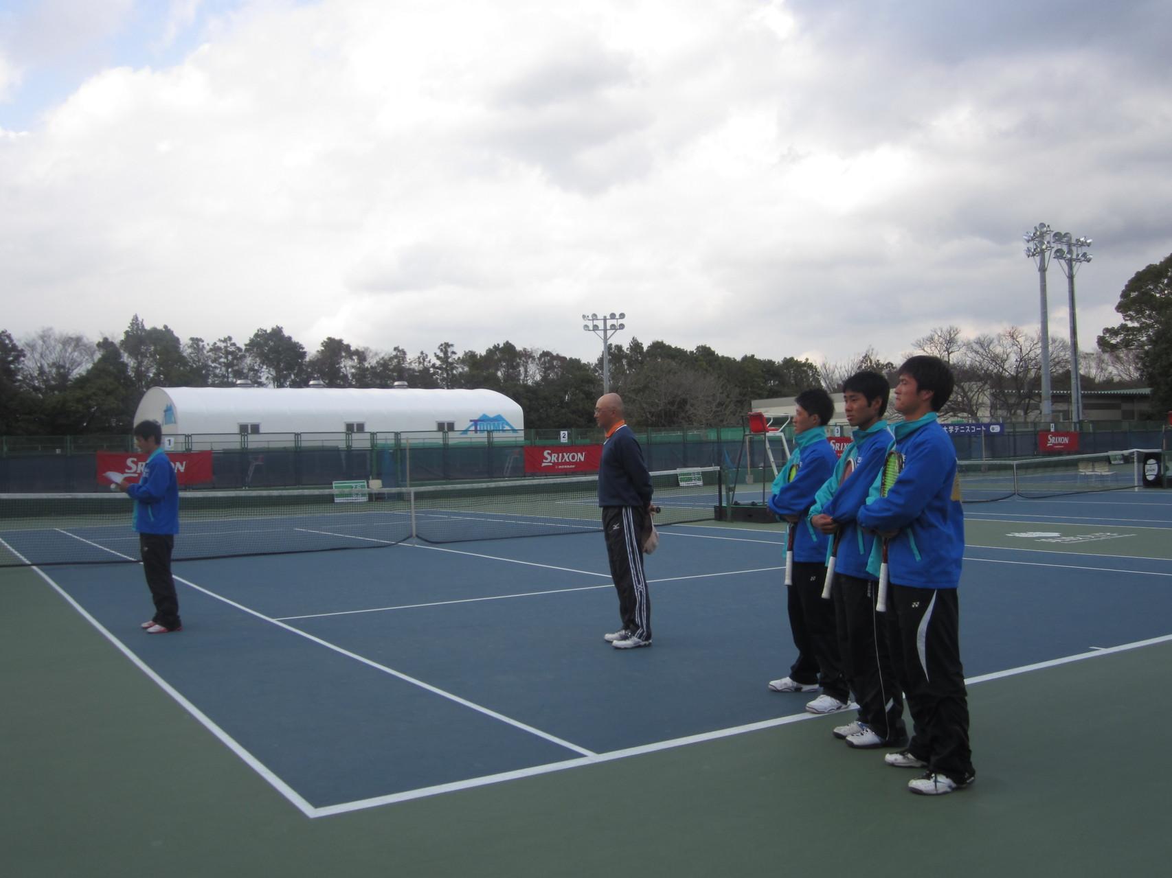 筑波大学硬式庭球部監督 三橋大輔先生と現役部員により行われました