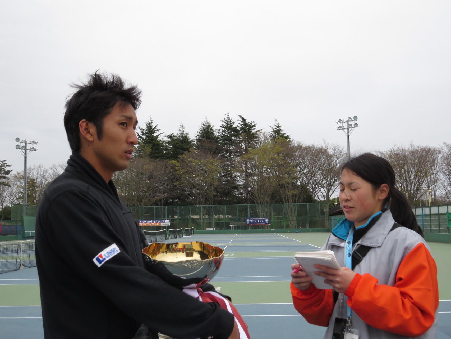 インタビューの様子 内山靖崇選手