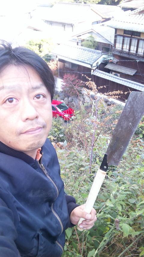 ノコギリで草刈り^^;   (なんかヤバイおっさんいるけど・・・^^;)
