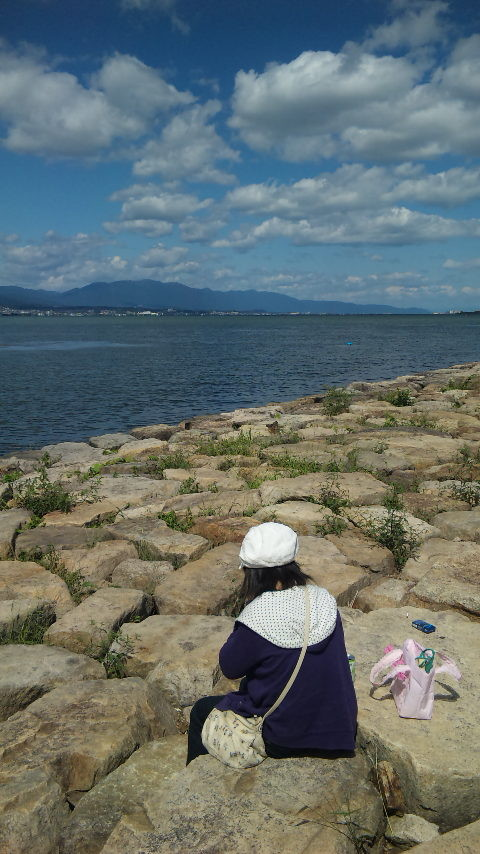 結衣、びわ湖湖畔でお昼を食べるの図