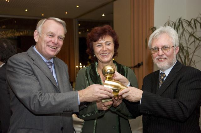 """Übergabe der """"Goldenen Ente"""": Laudator Jean-Marc Ayrault, Preisträgerin Charlotte Britz, LPK-Vorsitzender Michael Kuderna"""