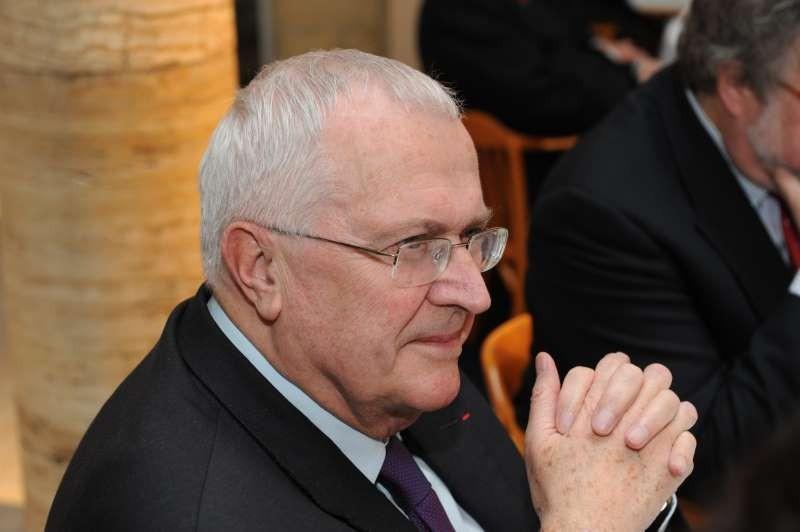 Auch Preisträger Philippe Leroy folgt der Festrede