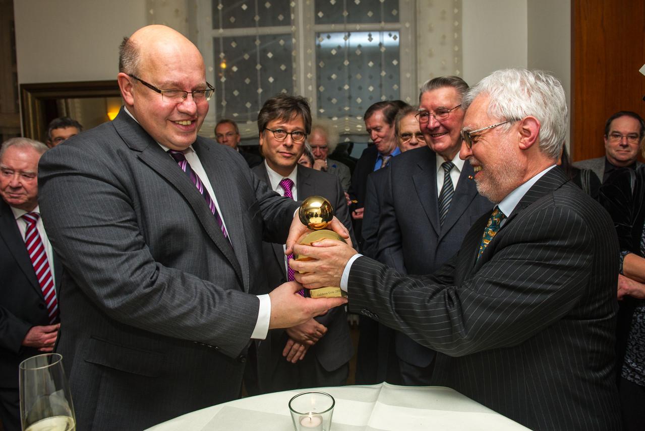 Übergabe der Goldenen Ente an Peter Altmaier durch den LPK-Vorsitzenden Michael Kuderna