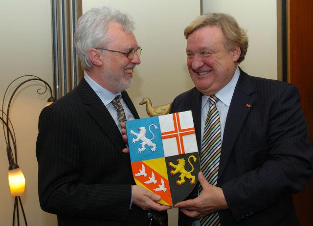 Olivier Kirsch übergibt Michael Kuderna als Geschenk für die LPK ein Enten-Wappen