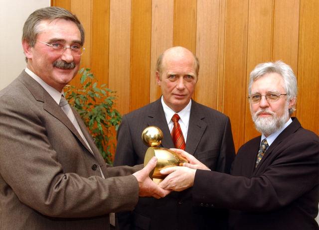 "Übergabe der ""Goldenen Ente 2004"": Preisträger Rolf Linsler, Laudator Herbert Mai, LPK-Vorsitzender Michael Kuderna."