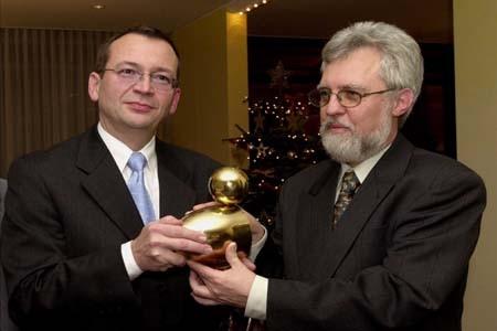Übergabe der Goldenen Ente an Raimund Weyand durch den LPK-Vorsitzenden Michael Kuderna