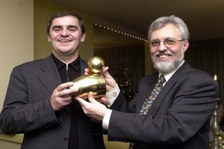 Verleihung der Goldenen Ente 2001 an Peter Müller durch Dr. Michael Kuderna