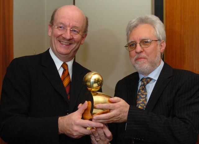 """Übergabe der """"Goldenen Ente"""": Prof. Wolfgang Wahlster, LPK-Vorsitzender Michael Kuderna"""