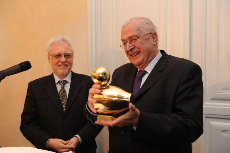 Philippe Leroy bei der Überreichung der Goldenen Ente durch den LPK-Vorsitzenden Michael Kuderna