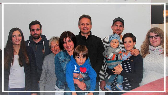 4 Generationen auf einem Bild - Von links: Kevin Zilla mit Partnerin Giulia, Inge Bay, Moni & Wolfgang Schleicher mit Sohn Franz, Justin Zilla mit Ehefrau Sabrina & Sohn Ben, Jamie Zilla