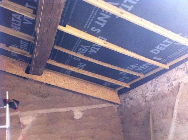 Fixation de la 1ère pièce de réhausse de toit vissée contre les liteaux