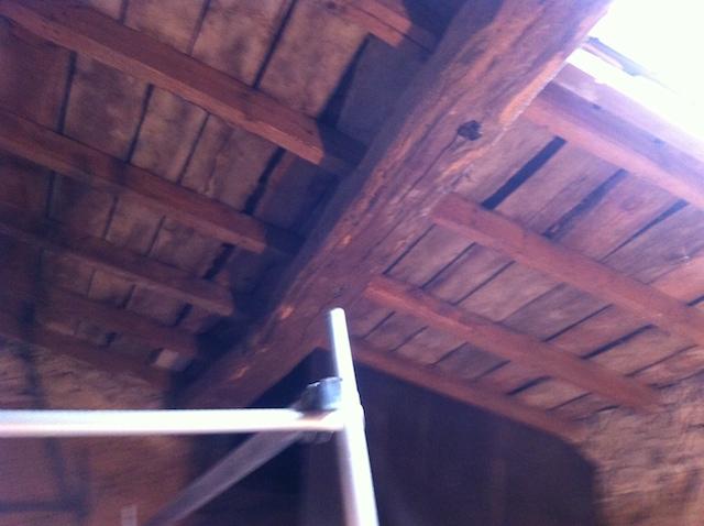 Le toit est suffisamment haut. Avec le client, nous avons convenu de sacrifier l'épaisseur des chevrons, cependant, en cas de besoin, il aurait été possible de mettre le film de confinement en contact avec la volige