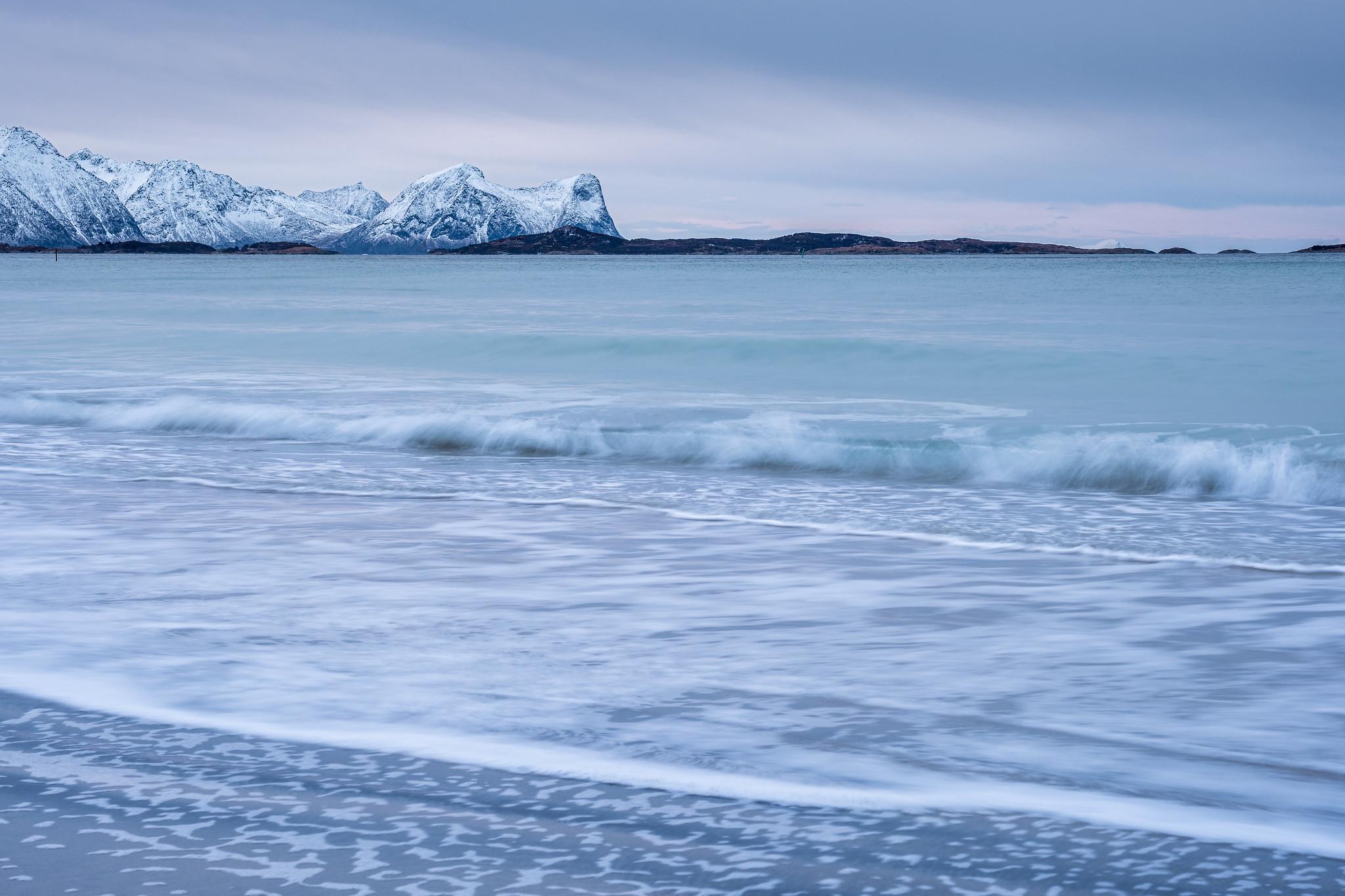 Spiel der Wellen am Strand bei Bøvaer hinter Skaland