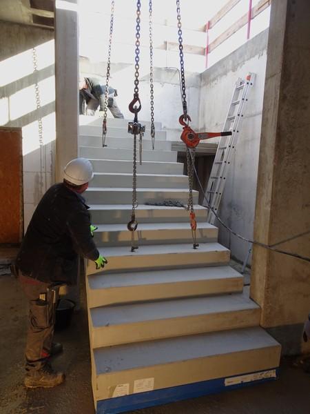 Nun muss die Treppe präzise positioniert werden. Das dauert seine Zeit, weil sie mit der Wasserwaage ausgerichtet wird.