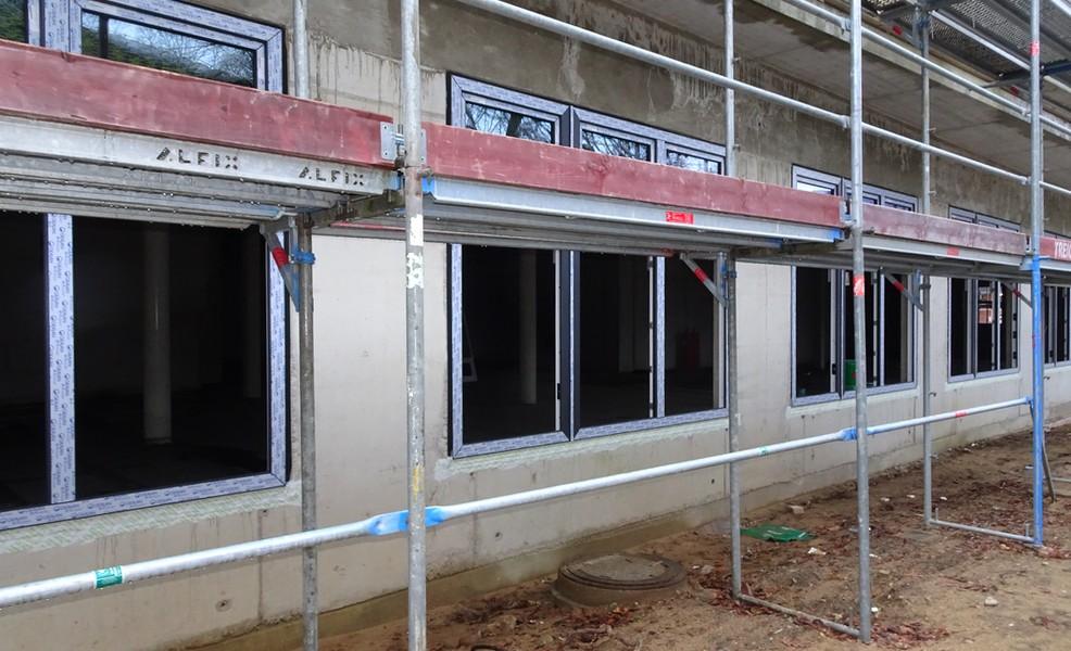 Die Fenster im Erdgeschoss werden montiert.