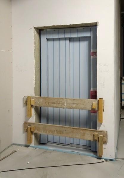 Der Fahrstuhl ist ein gebaut. (Jedenfalls die Türen)