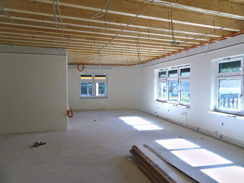Die Maler haben die Wände im Lehrerzimmer gemalt. Die Decken werden abgehängt.