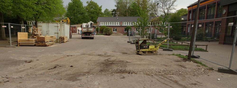 Das Beet vor der Turnhalle wurde der LKW-Einfahrt geopfert.
