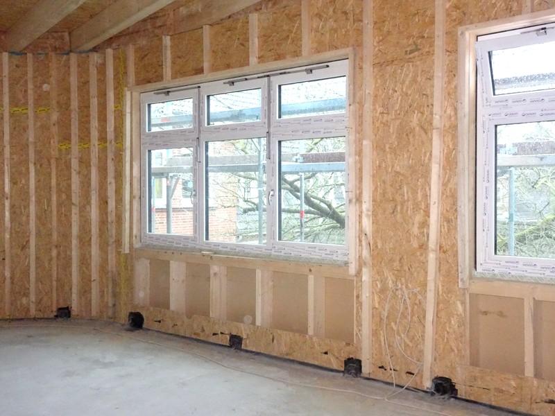 Hier sind die Wände schon isoliert. Nur über und unter den Fenstern fehlt die Isolation noch.