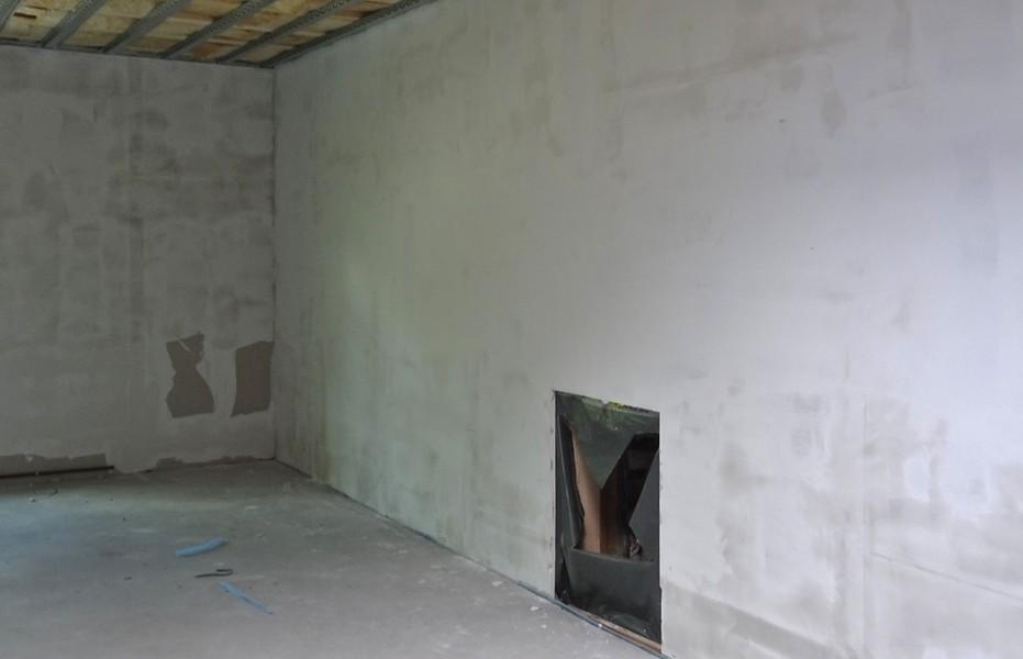 Die Wände werden gespachtelt.