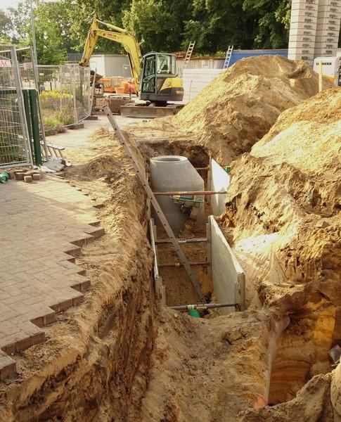 In der tiefen Grube wird ein neuer Abwasserkanal gelegt,