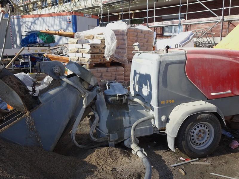 Die Maschine mischt zuerst und pumpt dann alles durch den Schlauch im Vordergrund auf die Baustelle.