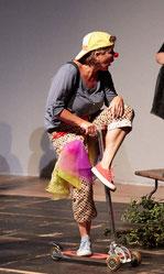 """Kindertheater der James Loeb Grundschule unter Leitung von Nira Buyny, """"Schwarz Weiß""""."""