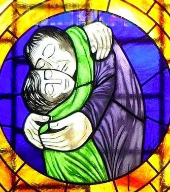 Erleuchtung meint im Einen Glück zu sein wie die beiden vereinten Menschen im Kirchenfensterbild