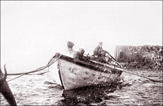 L'équipage de l'Aberdeen transporte à force de bras une chaudière de six tonnes destinée au phare de la Pointe-Sud (Anticosti) vers 1895