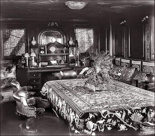 La salle à manger, avec ses tentures et brocarts, apporte une note de confort luxueux au carré de ce grand yacht