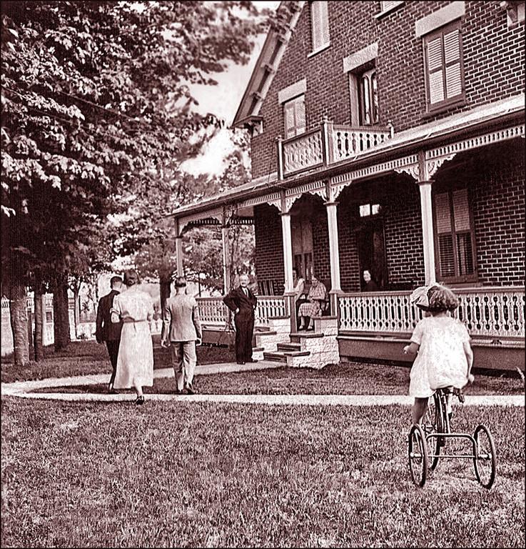 Maman Suzanne (Canac-Marquis) en bicyclette devant la maison d'Adélard (1933)