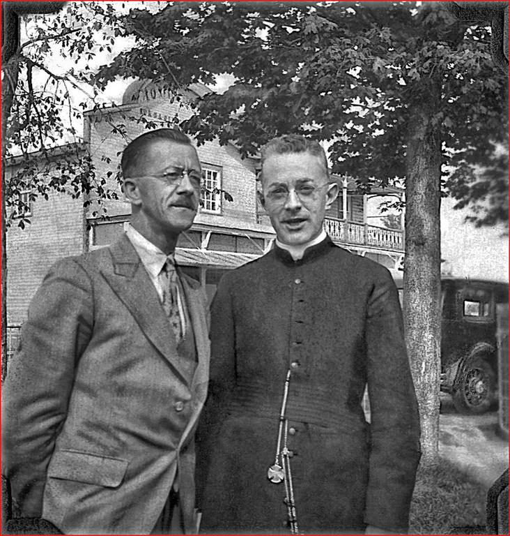Jules Canac-Marquis et Paul Quesnel devant le magasin à St-André-Avellin