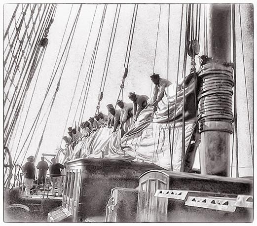 Cette perspective du pont du gréement de La BACCHANTE montre bien l'ampleur des grands yachts du siècle dernier. Il ne faut pas moins de 15 hommes pour ferler sa grand-voile