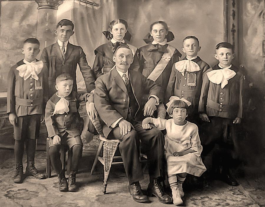 Famille de Jules, frère d'Adélard --- Horace, Pierre-Amédée, Berthe, Laure, Albert (Port-Daniel), Bruno ----- Roland, Jules Amédie Dorcineau, Marie. ------ Merci à Madeleine Quesnel, fille d'Albert de Port-Daniel pour avoir identifié les personnes
