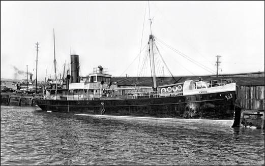 Le Savoy accosté au quai du bassin Louise à Québec face à l'entrepôt d'Anticosti