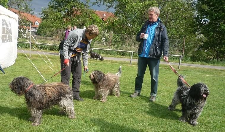 links Martina mit Tobi und Miro, rechts Ingo mit Arjen Oskar