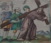 V Estación, El cirineo ayuda a Jesús a llevar la Cruz