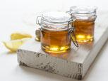 barattoli con miele su una tavola bianca