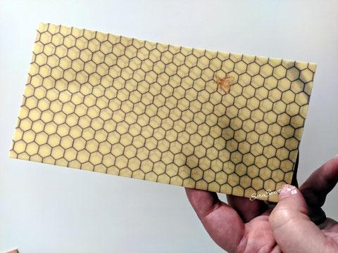 Texture pellicola per alimenti naturale Beeskin mostrata sopra le mani