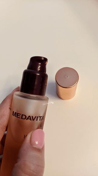 In evidenza dosatore olio Medavita tenuto in mano
